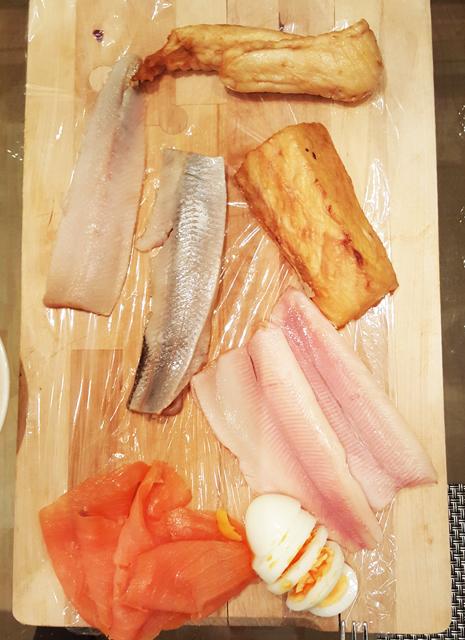 Fischplatte mit Schillerlocke, Matjes, Butterfisch, Forellenfilet, Lachs und Eier