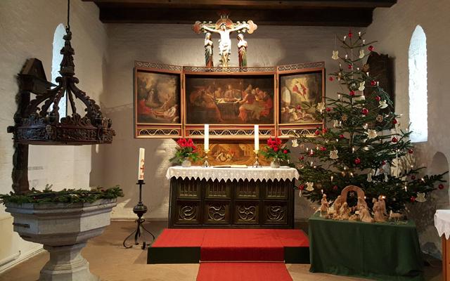 Altarbild und Taufstein
