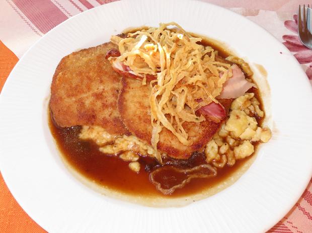 Käsespatzen mit Röstzwiebeln und Schnitzel